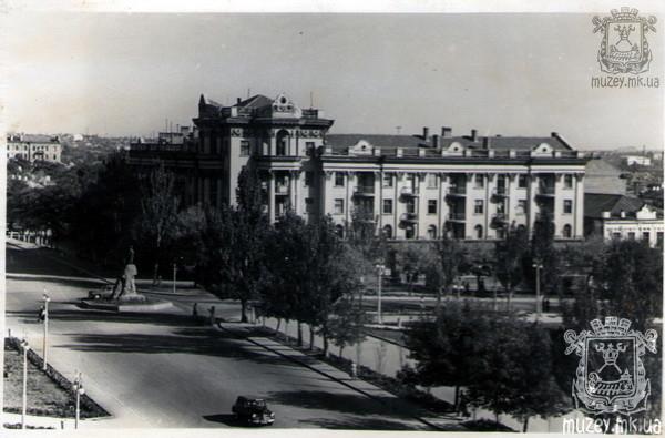 Улица Адмиральская угол Советской, памятник Ленину на постаменте Грейга