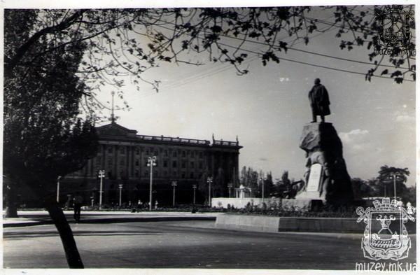 Площадь Ленина, памятник Ленину