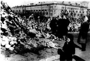 Кенотаф (символическая могила) у памятника Ленину и Сталину на улице Советской