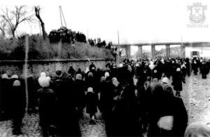 Скорбящие трудящиеся возле проходной завода имени 61 коммунара под железнодорожным мостом