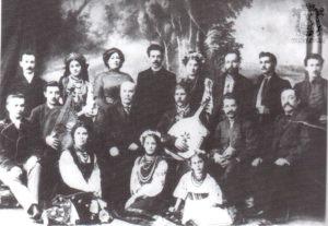Илья Стрелков-Стрельский (в третьем ряду 4-й слева) с хором Николая Лысенко. 1910