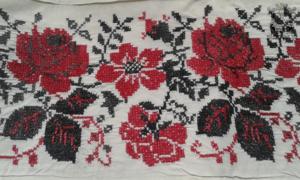 Фрагмент вышитой «парадной» простыни. Рисунок вышивки для приданного всех сестер Макаровых был одинаковым .Отличались только буквы инициалов на наволочках.
