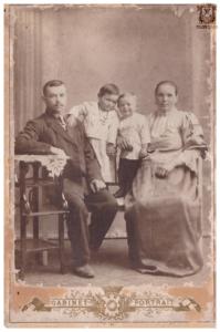 Были ли Яков и Феодосья счастливы в браке? Думаю, что да. Это видно по семейной фотографии, которая сделана в 1917-1918 г.