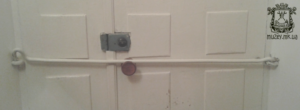 Старая дверь с крюком, которую я сохранила. Круглую ручку повесила я уже в 1990 г. При жизни прабабушки крюк закрывали вечером ежедневно.